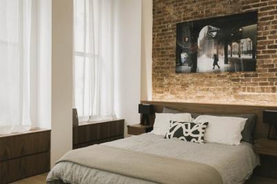 Tận dụng gỗ tái chế cho những bức tường phòng ngủ thêm quyến rũ.
